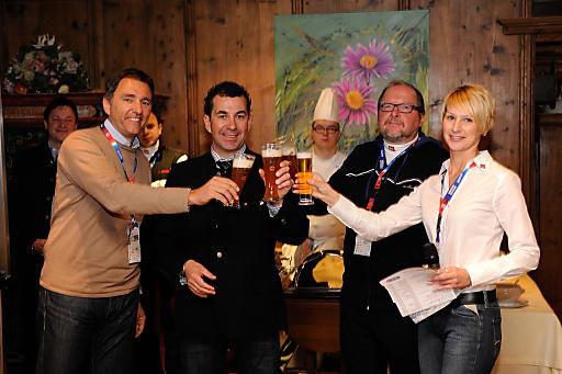 Oliver Schwarz (Direktor Ötztal Tourismus), Alban Scheiber (Top Hotel Hochgurgl) und Hubert Koler (Ötztal Tourismus) stoßen mit Organisatorin Yvonne Auer auf einen erfolgreichen Gastro Day an.