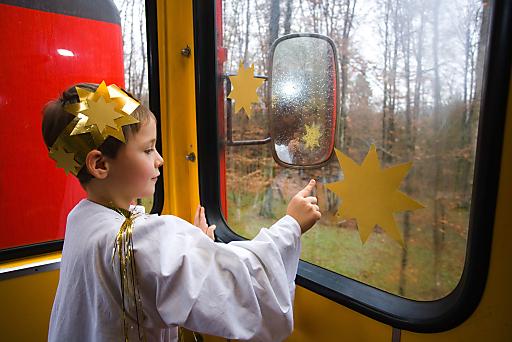 """Es fährt ein Zug... Mit der Eisenbahn zum Bad Gleichenberger Adventmarkt """"Wia's früahrer wor""""."""