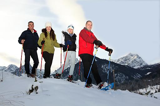 Hotelchef Herbert Kniewasser (re) lädt die Gäste zu geführten Schneeschuhwanderungen in den Winterzauber des Nationalparks Kalkalpen ein.