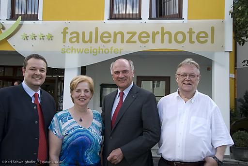 Eröffnung Hotel Schweighofer - 1. Faulenzerhotel Österreichs. Im Bild: v.l.n.r. Karl Schweighofer jr., Leopoldine Schweighofer, Dr. Erwin Pröll, Karl Schweighofer sen.