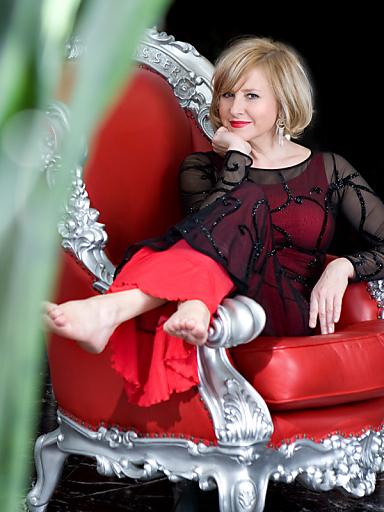 Das Valentinstags Candlelight Dinner im ARCOTEL Kaiserwasser steht heuer ganz im Zeichen von Kulinarik und Musik. Die beliebte Moderatorin und Sängerin Elisabeth Engstler präsentiert nach 13 Jahren Musikabstinenz ihre neue Single.