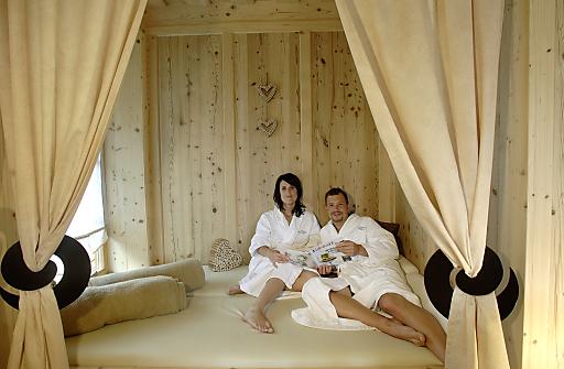 Stunden der Ruhe, Entspannung und Entschleunigung erleben die Gäste in den Almwellness-Zimmern.