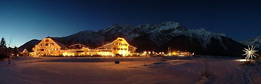 """Mit 100 % Weiterempfehlung auf der Bewertungsplattform HolidayCheck wurde das Tiroler Alpenresort Schwarz in Mieming in der Kategorie """"Beliebt für Wellness"""" zum beliebtesten Wellnesshotel Österreichs gekürt und zählt damit zu den 10 beliebtesten Wellnesshotels der Welt."""