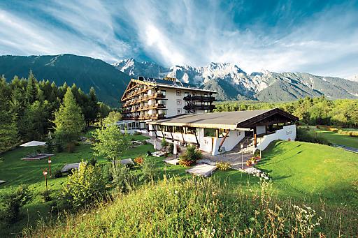 Das ****Kaysers Tirolresort am Mieminger Plateau in Tirol liegt wunderbar eingebettet in einen 18.000 m2 großen Naturpark - ein Naturhideway für jene, die das Besondere suchen. Die neuen Golfpackages eröffnen Anfängern und Profis das kostenlose Golfspiel am vielfach prämierten Golfpark Mieming.