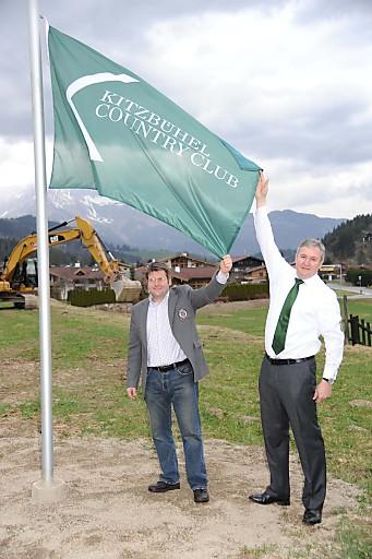 Projektinitiator Richard Hauser hisste gemeinsam mit Bürgermeister Stefan Jöchl symbolträchtig die KCC-Flagge..