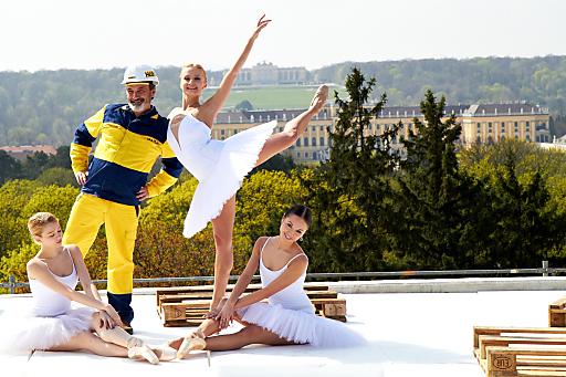 http://pressefotos.at/m.php?g=1&u=43&dir=201104&e=20110405_v&a=event Dachgleiche Austria Trend Hotel Park Royal Wien - im Bild v.l.n.r. Bauarbeiter mit Ballerina Karina Sarkissova (Baupatin)
