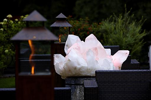 """Kristalle und Edelsteine haben schon die Großeltern der jetzigen Hoteliersfamilie fasziniert und inspiriert, um der vor mehr als 50 Jahren erbauten Hotelpension, den Namen """"Kristall"""" zu geben."""