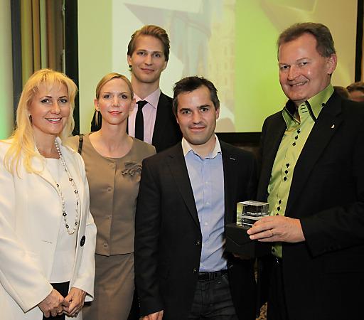 Familie Ultsch freut sich mit den Hoteldirektoren Christine Leitner (Linz) und Martin Jung (Graz).