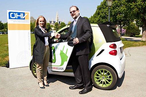 http://pressefotos.at/m.php?g=1&u=43&dir=201104&e=20110420_t&a=event ÖHV-Präsident Peter Peer übernimmt einen e-Smart von The Mobility House-Gesellschafterin Dr. Eveline Steinberger-Kern.