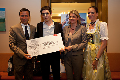 Der Preisträger des Reisejournalismuspreises Lorenz Wagner mit Josef Margreiter und Andrea Gnägi der Geschäftsführerin sowie Julia Grissemann der Direktorin des Parkhotel Igls