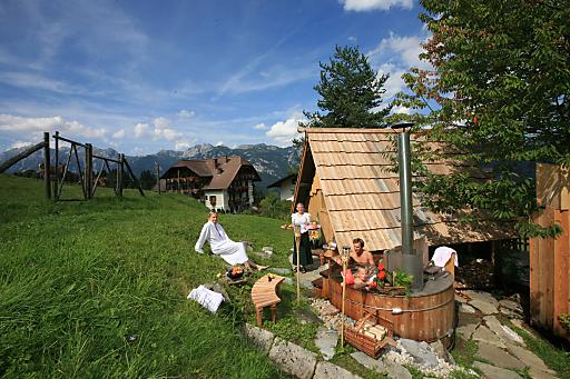 Natur-Wellness - draußen im Lärchen-Zuber des Natur- und Wellnesshotel Höflehner. Der Lärchen-Zuber ist ein überdimensionaler Lärchenholz-Bottich mitten in der Natur neben dem Wildgehege des Hotels.