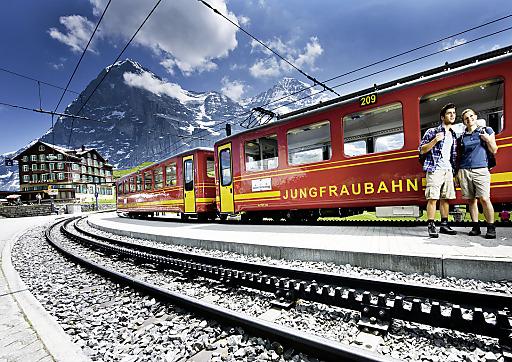 Jungfraubahn auf der Kleinen Scheidegg vor der Eigernordwand.