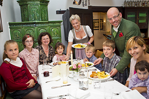 Die Gastgeber des Romantikhotel GMACHL Fritz Hirnböck und Michaela Hirnböck- Gmachl und eine SOS Kinderdorffamilie.