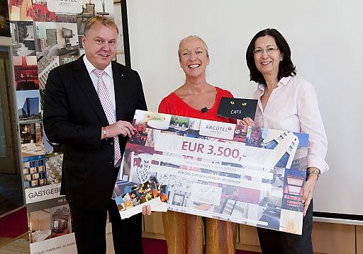ARCOTEL Hotel AG übergibt die Spenden an das Therapiezentrum Weidenhof.