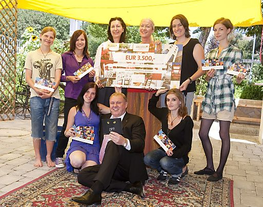 Die Jugendlichen des Therapiezentrums Weidenhof bei der Übergabe der Spende der ARCOTEL Hotel AG.