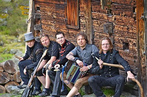 Die Party Rock Band Wildbach kombiniert traditionelle Volksmusik mit rassigen Rock-Klassikern. Bei der diesjährigen Perchtenrocknacht am 27. August 2011 in Kramsach werden wieder mehr als 2.500 Partygäste erwartet.