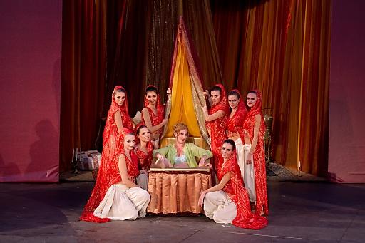 Kerstin Grotrian mit Ballettdamen der Staats- und Volksoper Wien
