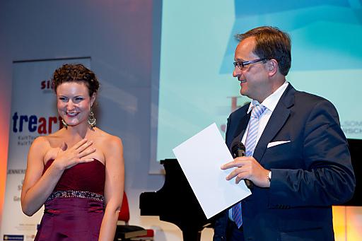 Von links nach rechts: Preisträgerin Susanne Großsteiner mit J:opera Intendant Dietmar Kerschbaum.