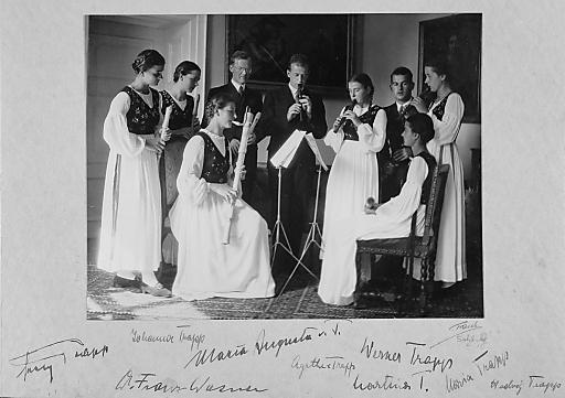 Die Familie Trapp 1937 beim Musizieren in Salzburg. Die sieben Kinder von Georg und Agathe von Trapp, Stiefmutter Maria Augusta, geb. Kutschera, und der Hauskaplan Dr. Franz Wasner.