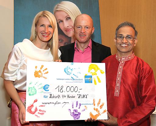 """EUR 18.000,-- erbrachte die Charity """"Der Krallerhof hilft indischen Kindern"""" mit Ö3 Star Claudia Stöckl. Im Bild (von links nach rechts): Ö3 Lady Claudia Stöckl mit dem Spendenscheck über EUR 18.000,-- für ZUKI (Zukunft für Kinder), Krallerhof-Chef Gerhard Altenberger und der indische Ayurveda-Arzt Dr. Basavapatna Ramaiah RAMAKRISHNA."""