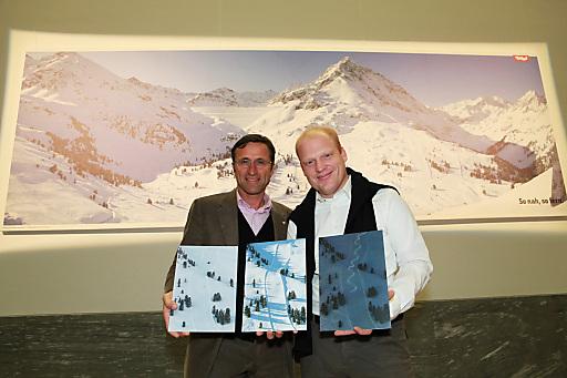 Josef Margreiter (Geschäftsführer der Tirol Werbung) und Fotograf Richard Walch (re.) präsentierten die Sujets für die Winterkampagne 2011/2012 der Tirol Werbung.