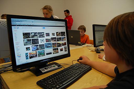 """Die Tourismusforschung der Fachhochschule Salzburg erarbeitete im Rahmen eines Forschungsprojekts mit dem Offenen Technologielabor (OTELO) eine Workshopreihe für Kinder im Alter von 7 bis 10 Jahren zum Thema """"Imagineering - Erlebnisinszenierung im Tourismus"""" aus."""