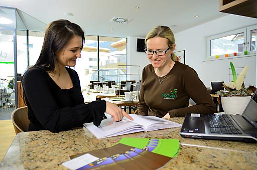 Karin Schmidt, Geschäftsführerin der Dorfvilla in Maishofen (rechts im Bild), freut sich über die professionelle Unterstützung im Hotelalltag. Elisabeth Brenner von der Agentur Brennwerk - Beratung für Dienstleister (links) bietet Management auf Zeit für Hoteliers.