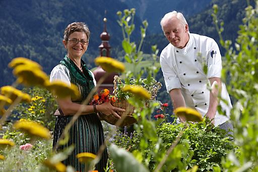 """NEU ab Ende März 2012: """"Das Kräuter-Kochbuch - Die besten Rezepte mit Kräutern und Blüten"""" von Inge Daberer (links) und Walter Schmitz (rechts)."""