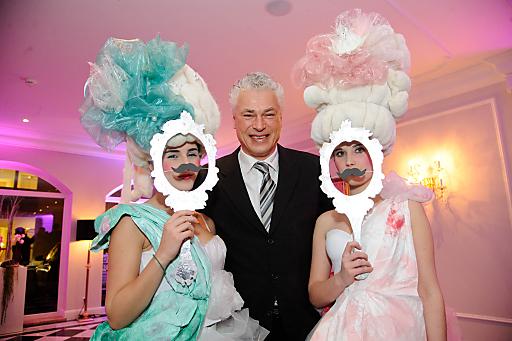 Toni Polster mit Modeschülerinnen der Modeschule Michelbeuern