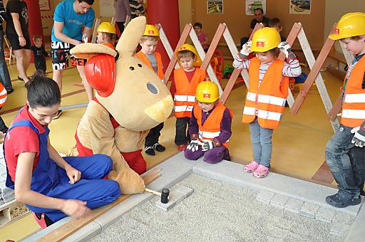 """Auf der """"Sunny Bunny Kinderbaustelle"""" können Kinder, stilgerecht mit Helm und Warnweste, Ziegel für Ziegel stapeln um eine Mauer zu konstruieren, ein Dach decken oder Wege pflastern."""