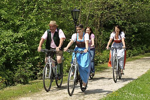 """Der """"Autofreie Rad-Erlebnistag"""" rund um den Attersee begeisterte in den letzten 16 Jahren rund 200.000 Freizeitsportler. Am 29. April 2012 findet die bereits 17. Veranstaltung statt. Im Bild eine Radlergruppe mit Trachtenbekleidung auf E-Bikes."""