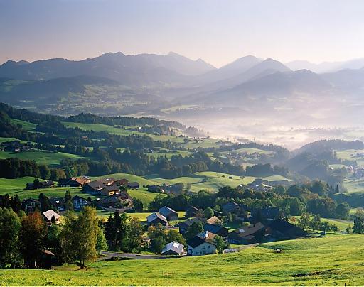 T-MONA Studie: Die sehr gute Gesamtnote 1,6 erhält Vorarlberg von seinen Sommergästen. Sie kommen vor allem wegen der Landschaft, insbesondere der Berge, der Naturvielfalt und der Ruhe. Im Bild der Bregenzerwald