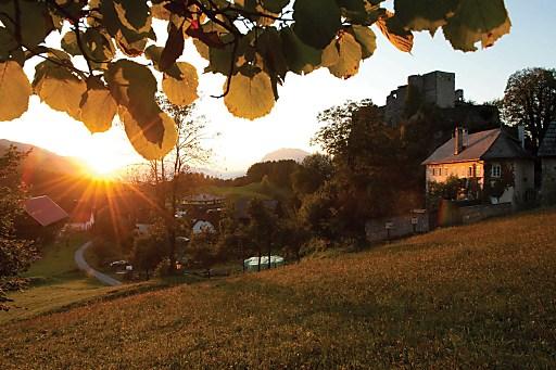 Den Höhepunkt der 19. Etappe bildet die romantisch gelegene Burgarena Finkenstein, mit wunderbarem Ausblick auf die umliegende Bergwelt und den türkis-leuchtenden Faaker See.