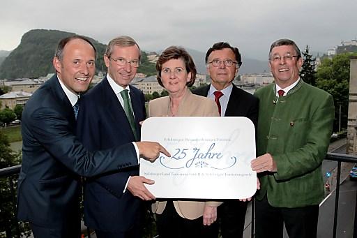 Zahlreiche Gäste aus Tourismus, Politik und Wirtschaft waren erschienen, um am 22. Mai im Loft Salzburg das 25-Jahr-Jubiläum der SLTG und des Salzburger Tourismusgesetzes  zu feiern. Im Bild Leo Bauernberger, MBA (GF SLTG), LH-Stv. Dr. Wilfried Haslauer, Dr. Helga Rabl-Stadler (Präsidentin der Salzburger Festspiele), Dr. Arno Gasteiger (ehemaliger Wirtschafts- und Finanzreferent & Aufsichtsratsvorsitzender der SLTG) und Dr. Peter Weixelbaumer (ehemaliges Mitglied der SLTG-Unternehmensleitung).