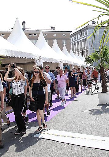 Sunny Summer Sale von Donnerstag, 5. bis Samstag, 7. Juli 2012 am Kapitelplatz in der Salzburger Altstadt.