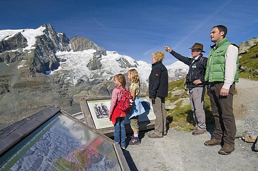 Dir. Mag. Peter Rupitsch (Nationalpark Hohe Tauern Kärnten) und Vorstand Dr. Johannes Hörl (Großglockner Hochalpenstraßen AG) genießen mit Besuchern den einzigartigen Ausblick entlang der Wanderung Gamsgrubenweg.