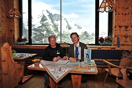 Dir. Mag. Peter Rupitsch (Nationalpark Hohe Tauern Kärnten) und Vorstand Dr. Johannes Hörl (Großglockner Hochalpenstraßen AG) bei der Unterzeichnung.
