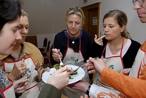 """Familie Weiss bietet im Hotel Steinschalerhof im niederösterreichischen Pielachtal, dem """"Dirndltal"""", regelmäßig einen Wildkräuterkochkurs an."""