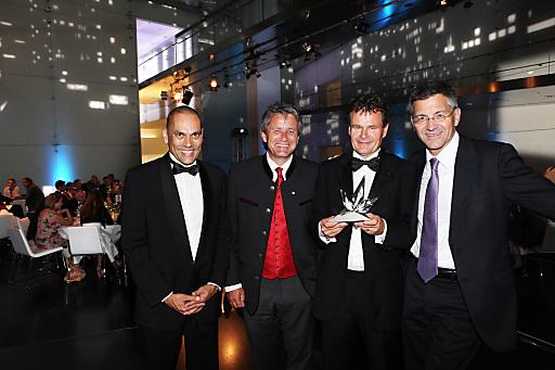 Der Gewinner und die hochkarätigen Gratulanten (v. li.): Andreas-Christoph Hofmann (Leiter der BMW-Markenkommunikation), Markus Tschoner (Präsident Best of the Alps), Franz Julen (Intersport), Herbert Hainer (adidas).