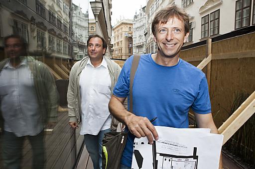 Das neue Fabios: Fabio Giacobello mit Joachim Gradwohl (im Vordergrund): Was sich hinter dem Bauzaun verbirgt, bleibt bis September ein Geheimnis.