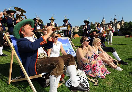 In unmittelbarer Nachbarschaft zum Austria House Tirol erklingen im Trinity Square Park Tiroler Melodien - zur Freude der englischen Passanten. Top-Lage für den Tirol-Auftritt: Im Hintergrund ist der Tower of London zu sehen.