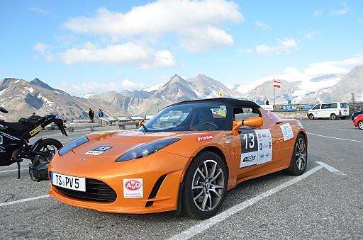Am Ziel der Königsetappe auf der Edelweißspitze ein Tesla Roadster mit dem Fahrerteam Hans Haslreiter und Wolfgang Schöner aus Deutschland.