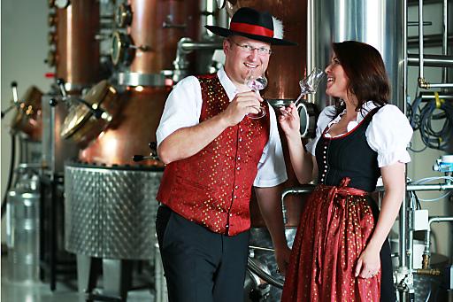 Josef Farthofer mit Partnerin Doris Hausberger in der Destillerie