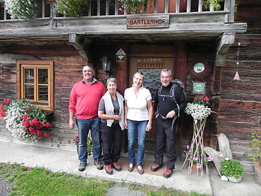 Bundespräsident Heinz Fischer (rechts) mit seiner Ehefrau Margit (zweite von links) mit den Gastgebern Regina und Peter Berger vor dem mehr als 300 Jahre alten Bartlerhof in Zedlach / Matrei.