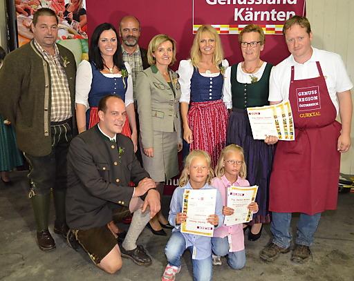 Margareta Reichsthaler (Mitte) - Obfrau der GENUSS REGION ÖSTERREICH - mit den Gewinnern der diesjährigen Wildprämierung.