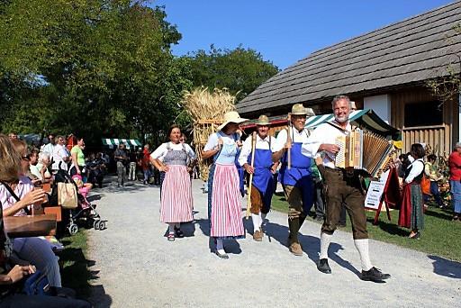 Schloss Hof lädt am 23. September zum fröhlichen Erntedankfest mit Musik & Tanz, Gaumenfreuden und buntem Familienprogramm in den barocken Meierhof