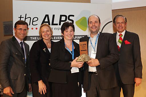 Gastgeber und Initiatoren von theALPS verliehen den theALPS Award 2012 an Naturhautnah.at (v.l.): Josef Margreiter (GF Tirol Werbung), Petra Stolba (GF Österreich Werbung), die Gewinner Melitta und Ingo Metzler (naturhautnah.at) und Jürgen Bodenseer (Präsident Wirtschaftskammer Tirol).