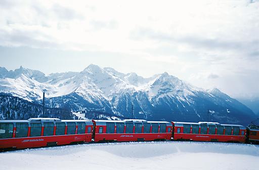 Bernina Express bei Alp Grüm: Bernina Express auf dem Weg von den Gletschern zu den Palmen