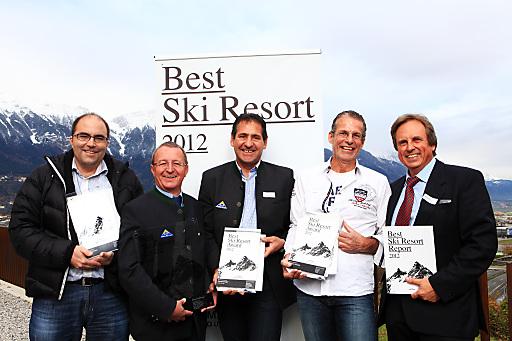 """Stolze Preisträger bei der Verleihung des """"Best Ski Resort"""" Award 2012 (v.l.): Valentin König (CEO Aletsch Bahnen Management AG, 3. Rang), die Gesamtsieger Georg Geiger (GF Bergbahnen Serfaus) und Hubert Pale (GF Bergbahnen Fiss-Ladis), Rainer Flaig (CEO Saas Fee Bergbahnen AG, 2. Platz) und Studienleiter Mike Partel."""