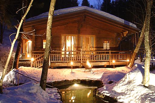 Die Daberer Waldsauna mitten im Wald hinter dem Biohotel in St. Daniel im Gailtal in Kärnten wird abends zum romantisch-exklusiven Private-Spa für Zweisamkeit bei Laternenschein, Kerzenlicht und wohliger Holzofen-Wärme.